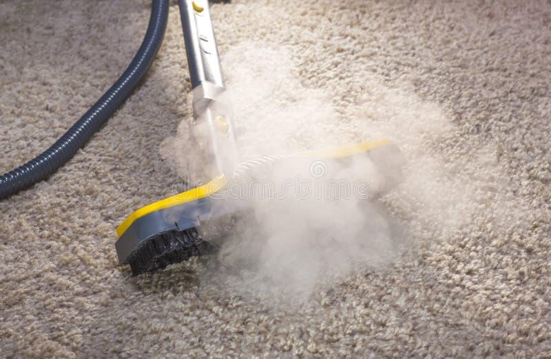 Limpiador seco del vapor en la acción. foto de archivo
