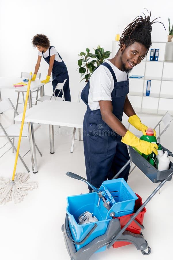 limpiadores afroamericanos jovenes profesionales con el equipo de la limpieza foto de archivo libre de regalías