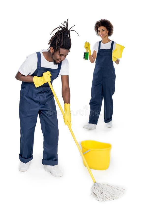 limpiadores afroamericanos jovenes profesionales que lavan el piso junto foto de archivo
