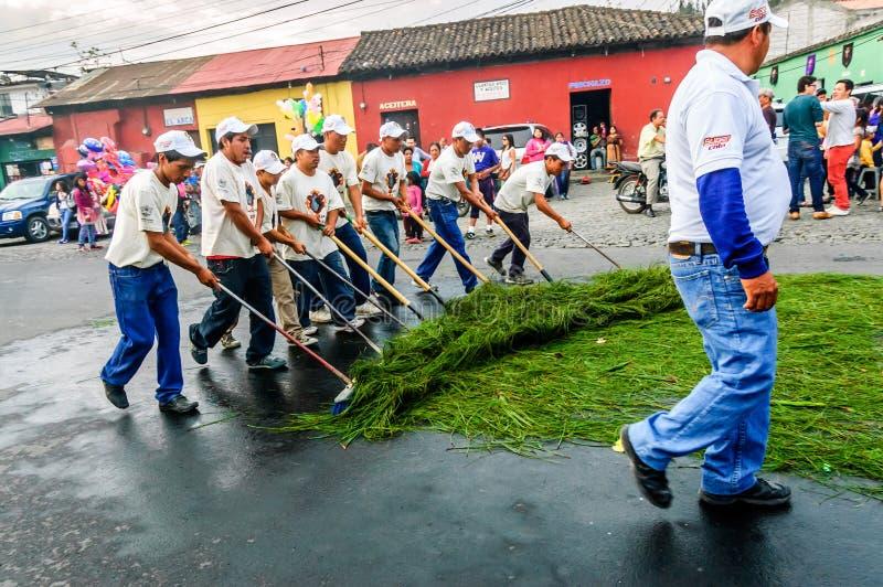 Limpiadores de calle después de la procesión de la semana santa, Antigua, Guatemala imagenes de archivo