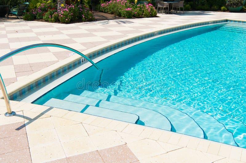 Limpiadores de la piscina Balneario y salud Centro tur?stico de lujo Equipo de la piscina Textura del fondo del mar Peque?as onda fotografía de archivo