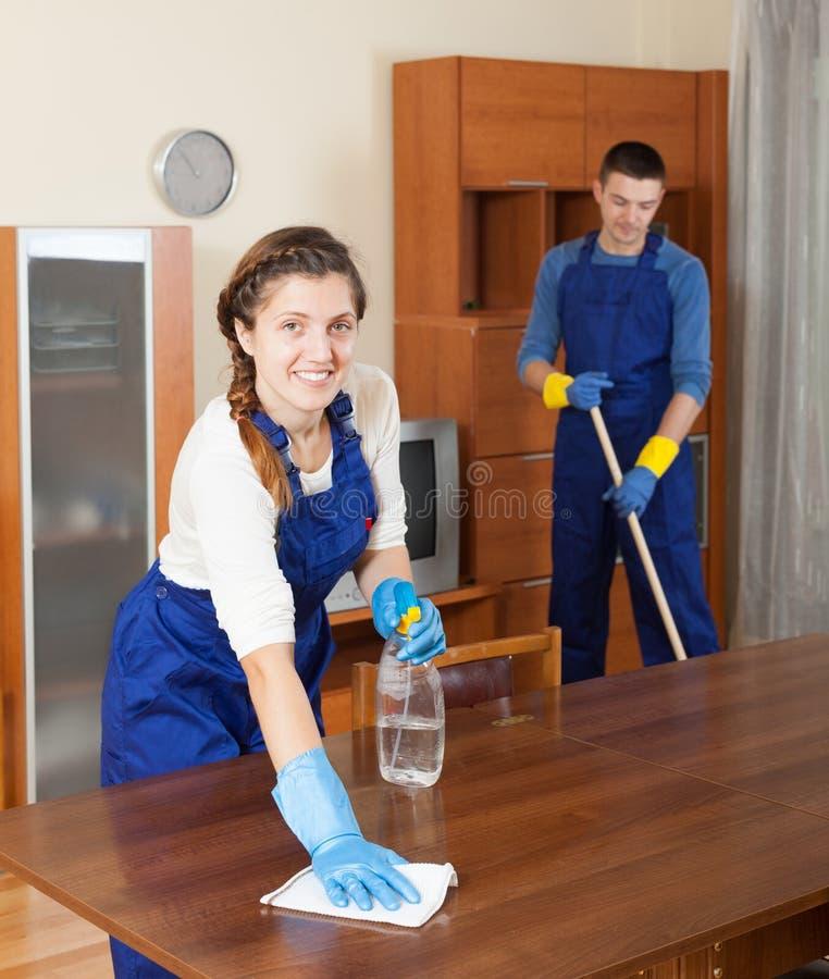 Limpiadores profesionales en uniforme foto de archivo libre de regalías