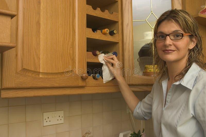 Limpiando la casa - estante del vino foto de archivo