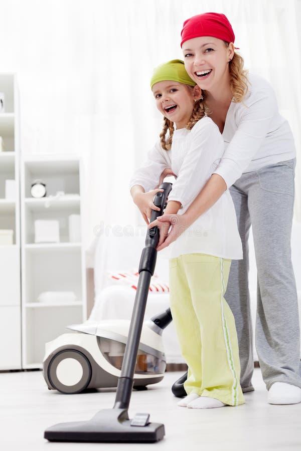 Limpiar el cuarto junto es diversión imagen de archivo libre de regalías