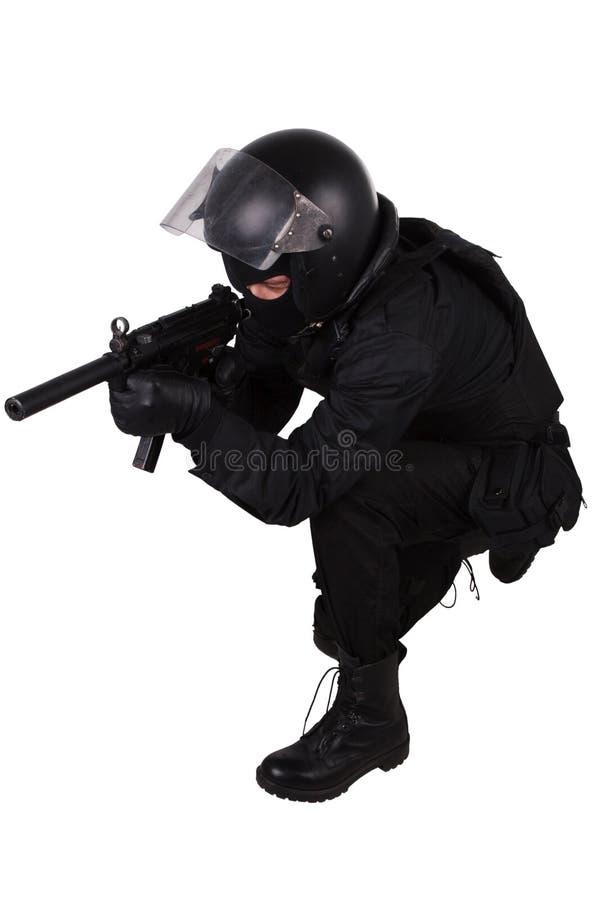 Limpie al oficial de las fuerzas especiales con el subfusil ametrallador en uniforme del negro imagenes de archivo