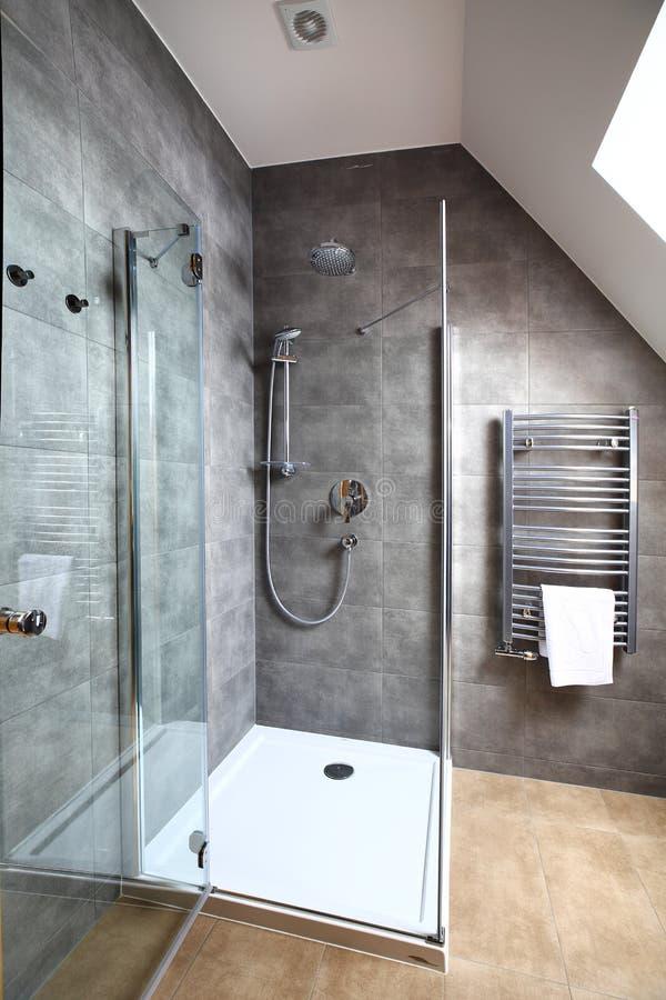 Limpie el interior moderno del pequeño cuarto de baño imagen de archivo libre de regalías