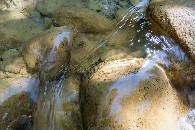 Limpie el río de la montaña fotografía de archivo