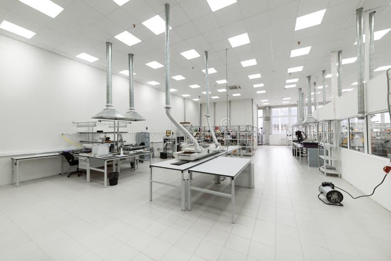 Limpie el sitio de la producción Fabricación de electrónica industrial imagen de archivo libre de regalías