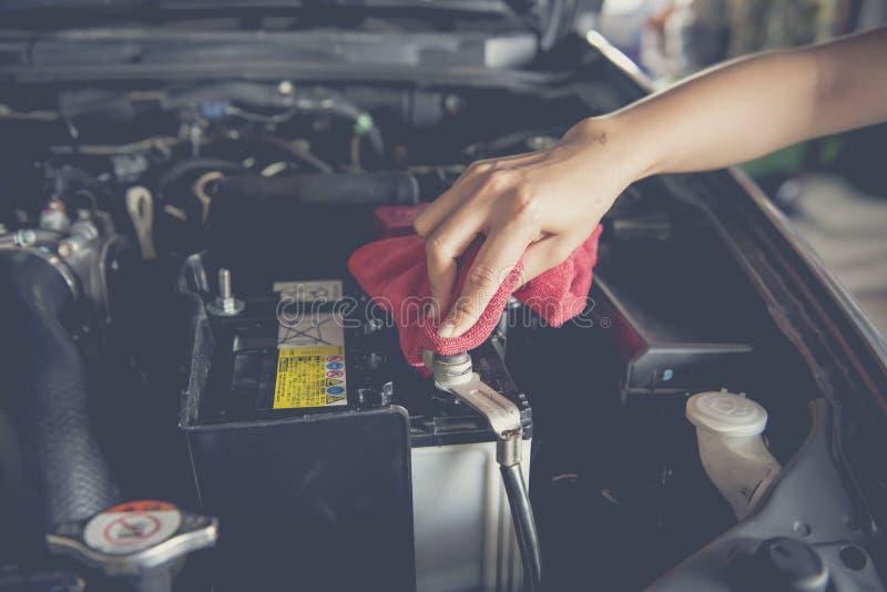 Limpie la batería con la microfibra, foco suave imagen de archivo libre de regalías