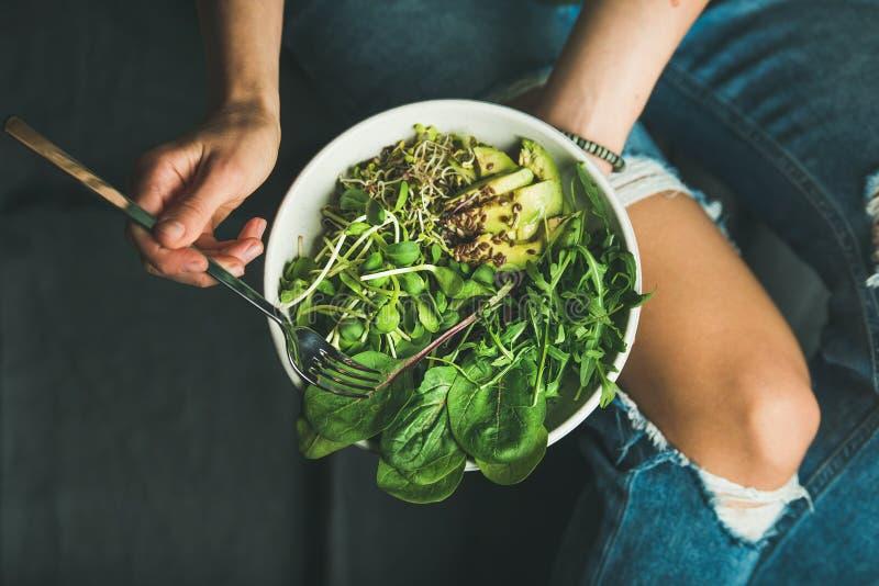 Limpie la consumición del desayuno con espinaca, arugula, el aguacate, las semillas y los brotes fotos de archivo