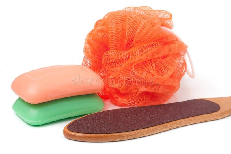 Limpie la ducha con esponja con el rallador para los pies y el jabón aislado en el fondo blanco foto de archivo libre de regalías