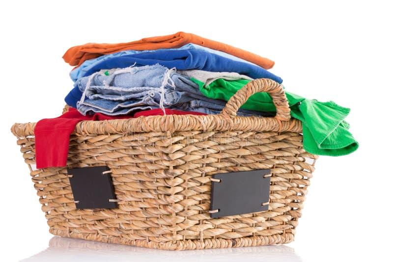 Limpie la ropa fresca lavada en una cesta de mimbre imágenes de archivo libres de regalías
