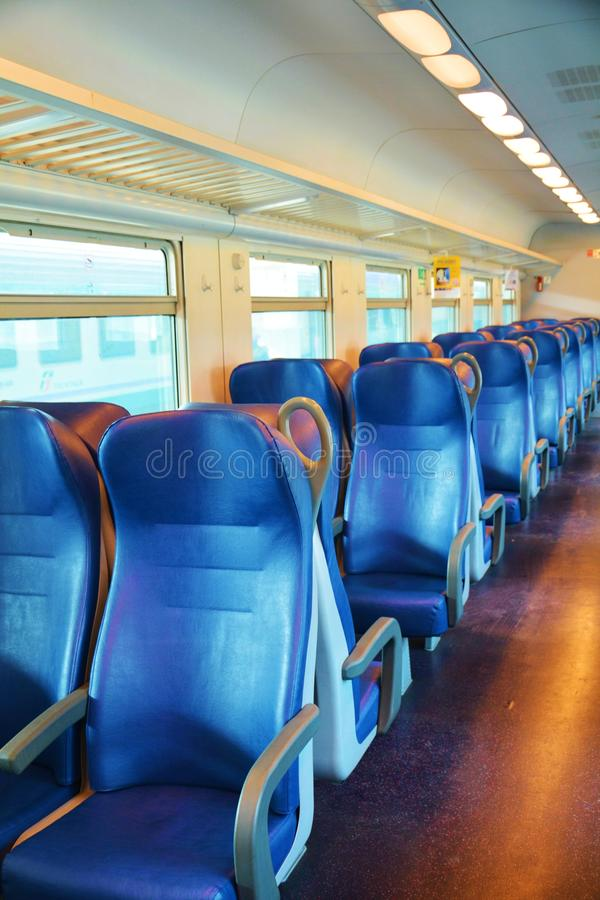 Limpie la serie italiana de sillas en un tren, Venecia, cierre foto de archivo libre de regalías