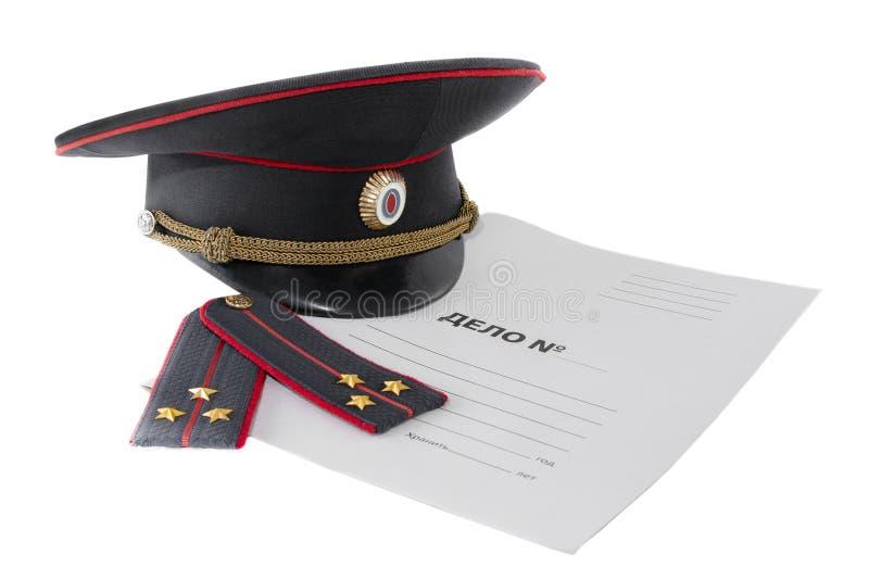 Limpie las correas, el casquillo y la carpeta de hombro en un fondo blanco El texto ruso es una causa penal imagen de archivo