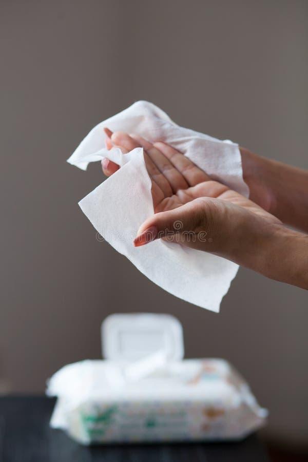 Limpie las manos con los trapos mojados foto de archivo libre de regalías