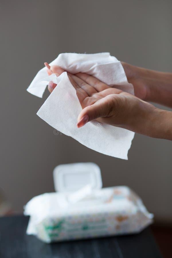 Limpie las manos con los trapos mojados foto de archivo