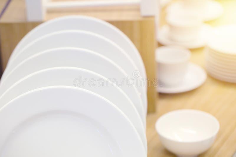 Limpie las mercancías de cerámica blancas del plato de la cocina decorativas imagenes de archivo