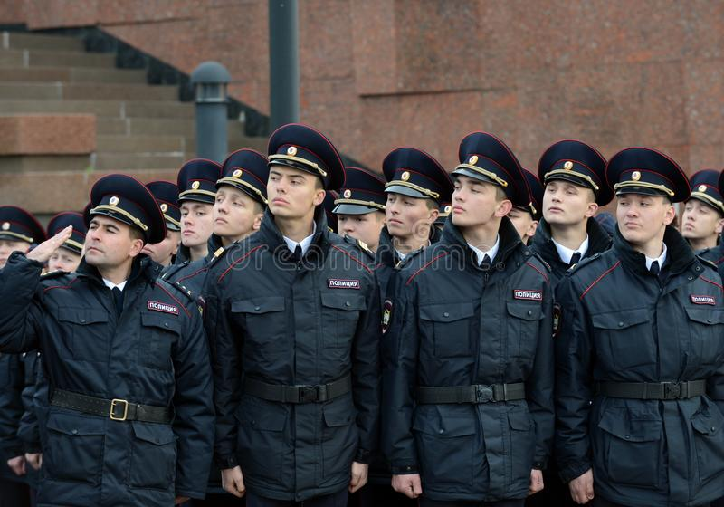 Limpie a los cadetes de la universidad de la ley de Moscú del ministerio de asuntos internos de Rusia en los posts ceremoniales fotografía de archivo libre de regalías