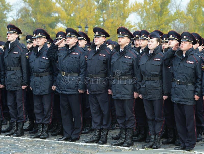 Limpie a los cadetes de la universidad de la ley de Moscú del ministerio de asuntos internos de Rusia en los posts ceremoniales imagen de archivo