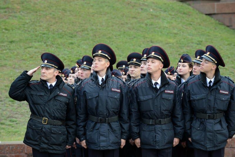 Limpie a los cadetes de la universidad de la ley de Moscú del ministerio de asuntos internos de Rusia en los posts ceremoniales foto de archivo libre de regalías