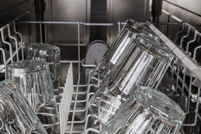 Limpie los vidrios transparentes después de lavarse en máquina del lavaplatos imagen de archivo libre de regalías