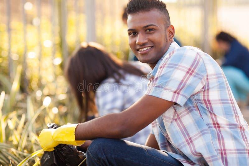 Limpieza adolescente de los voluntarios imagen de archivo libre de regalías