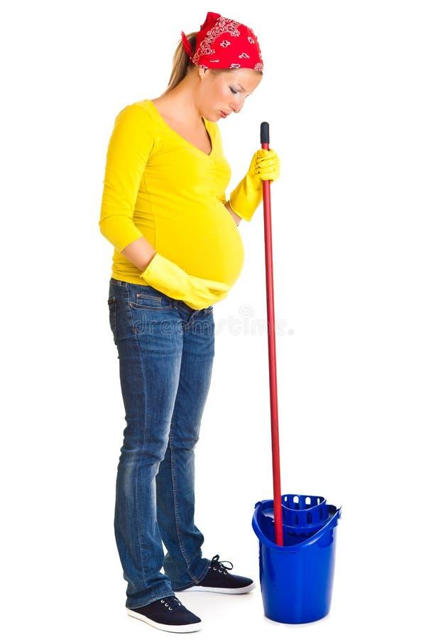 Limpieza cansada de la mujer embarazada imágenes de archivo libres de regalías