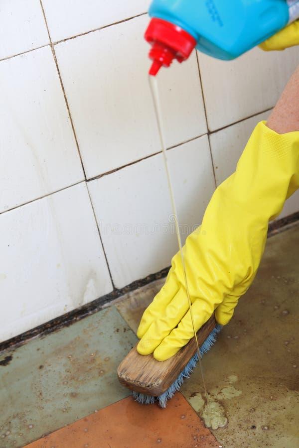 Limpieza con guantes de la mano del piso asqueroso sucio fotografía de archivo libre de regalías