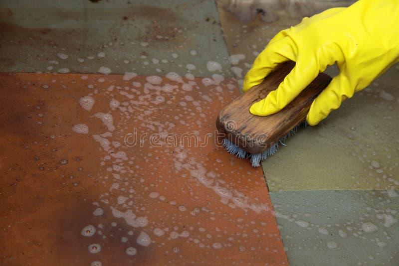 Limpieza con guantes de la mano del piso asqueroso sucio fotos de archivo
