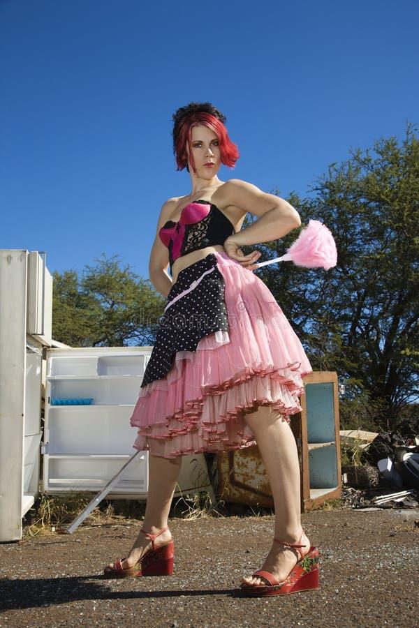 Limpieza de la casa de la hembra adulta en junkyard. fotografía de archivo