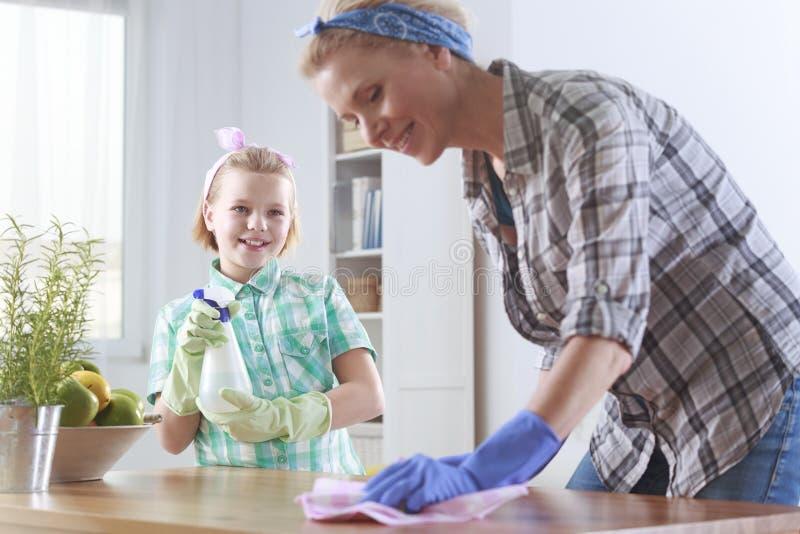 Limpieza de la mujer en la cocina imágenes de archivo libres de regalías