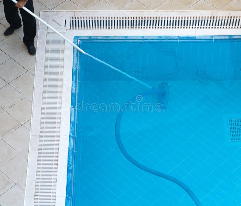 Limpieza de la piscina imagenes de archivo