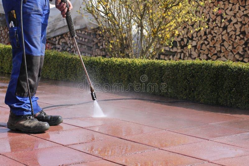 Limpieza de la terraza con de alta presión foto de archivo libre de regalías