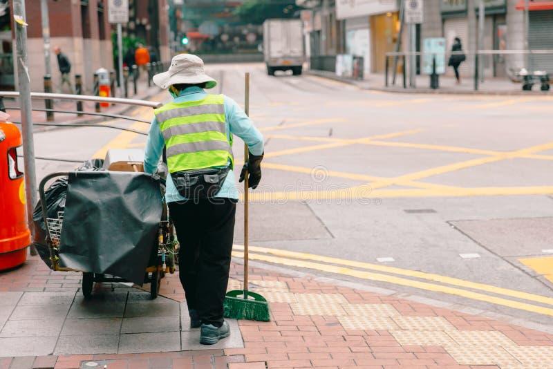 Limpieza de trabajo del limpiador de calle de la ciudad de la mujer fotos de archivo