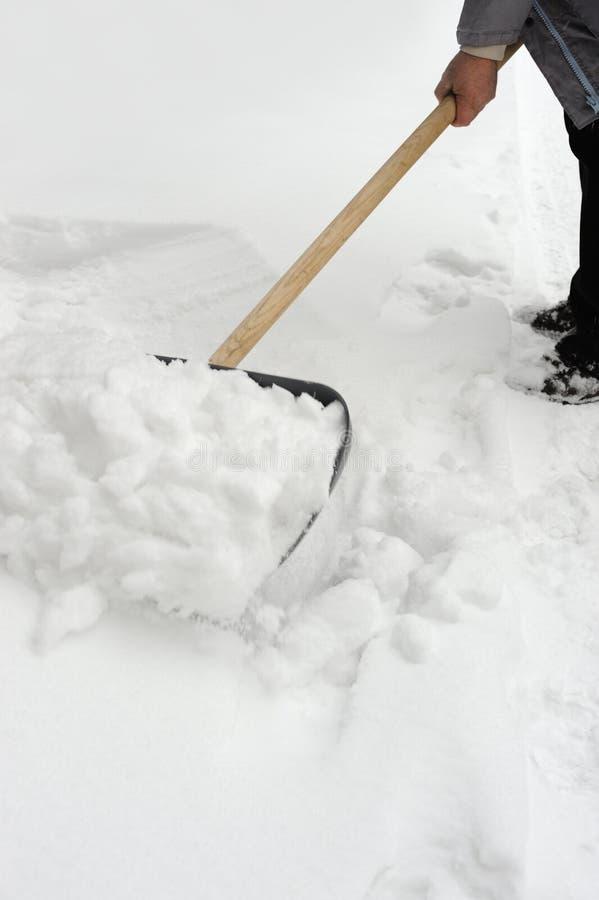 Limpieza de una nieve foto de archivo