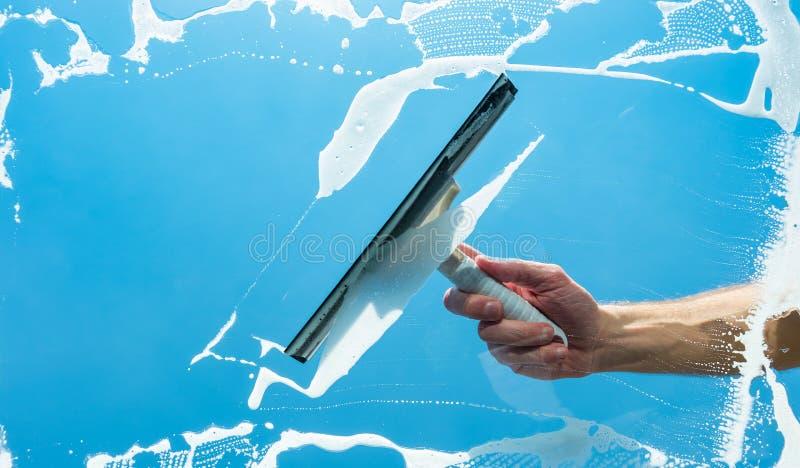 Limpieza de ventana de cristal, lavadora de ventana fotos de archivo libres de regalías