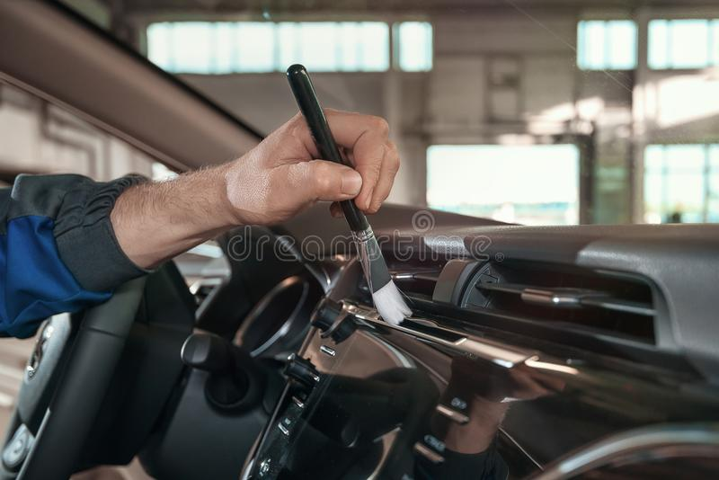 Limpieza del coche con un cepillo fotos de archivo