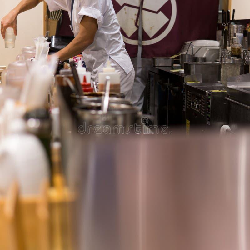 Limpieza del cocinero en la cocina fotos de archivo