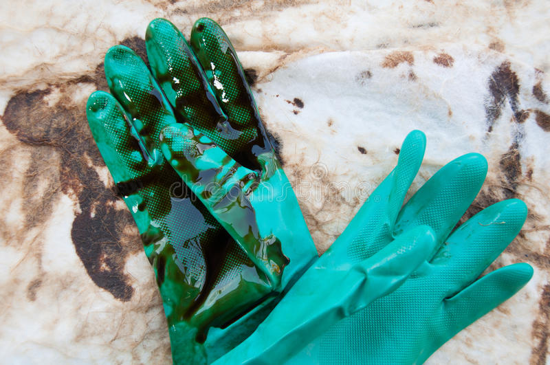 Limpieza del derrame de petróleo en zona de trabajo peligro para la naturaleza foto de archivo