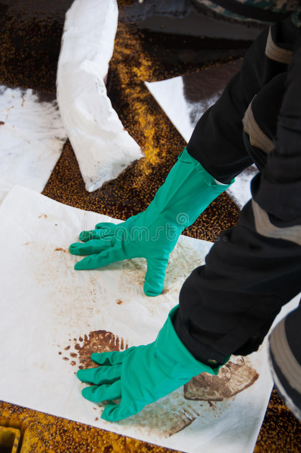 Limpieza del derrame de petróleo en zona de trabajo peligro para la naturaleza imágenes de archivo libres de regalías
