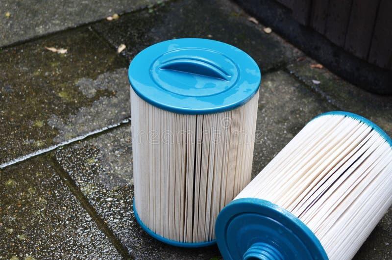 Limpieza del filtro de la tina caliente del Jacuzzi del balneario imagenes de archivo