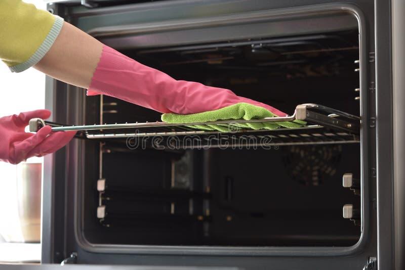 Limpieza del horno Limpie el horno en cocina fotografía de archivo libre de regalías