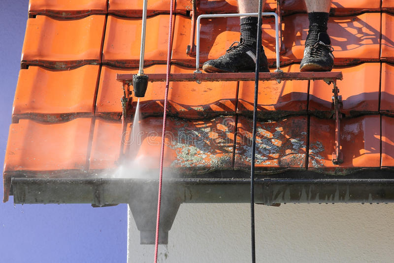 Limpieza del tejado y del canal con alta presión fotografía de archivo libre de regalías