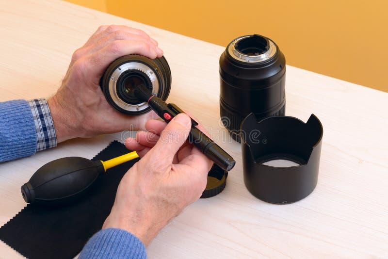 Limpieza digital moderna de la lente con el cepillo fotografía de archivo libre de regalías