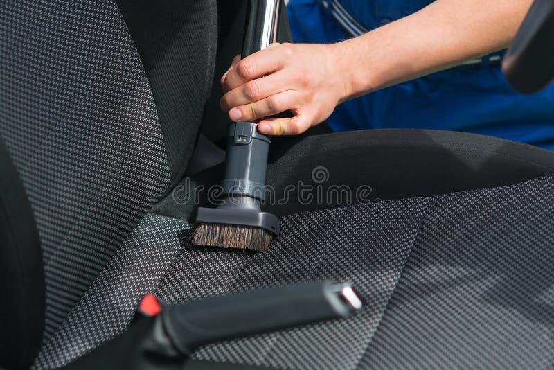 Limpieza en seco de asientos de carro por un primer del especialista fotografía de archivo