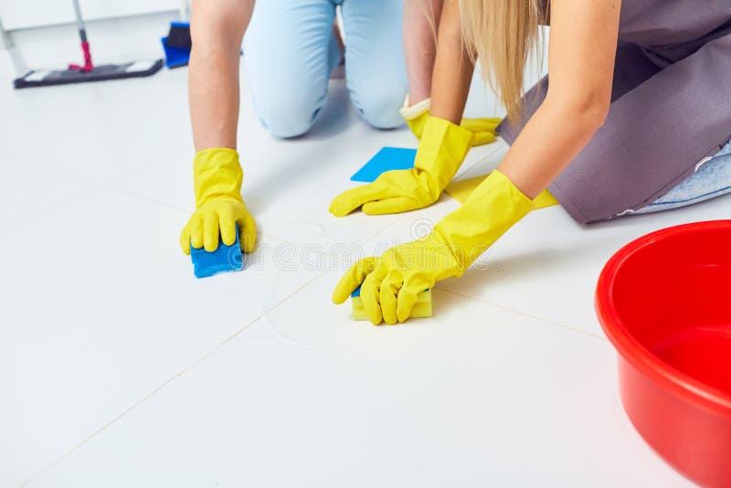 Limpieza, lavándose Un primer de manos con los guantes en la limpieza fotos de archivo