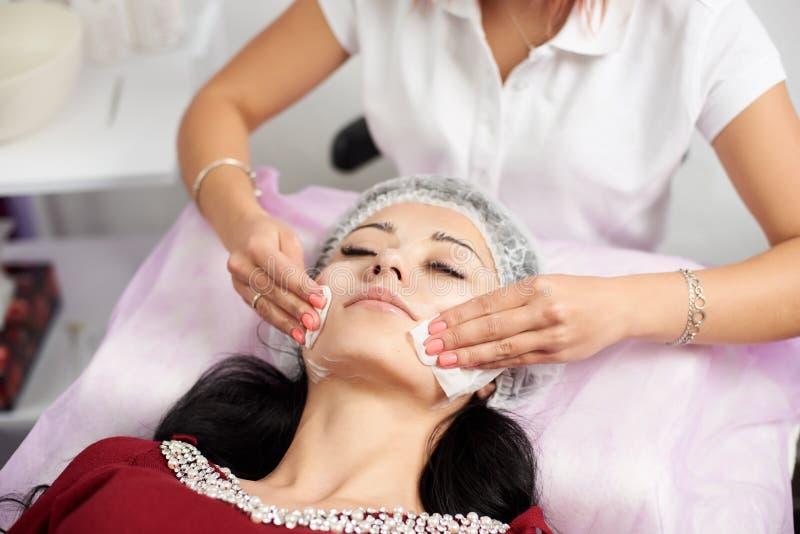 Limpieza mecánica de los procedimientos cosméticos de la cara Trapos de sequía del facial fotos de archivo libres de regalías