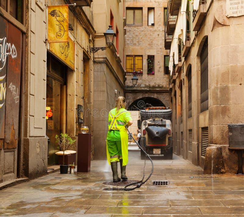 Limpieza mojada de calles viejas en barcelona imagen de - Agencias de limpieza barcelona ...