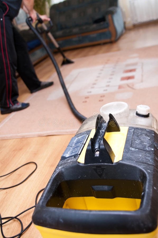 Limpieza profesional de la alfombra imagen de archivo libre de regalías