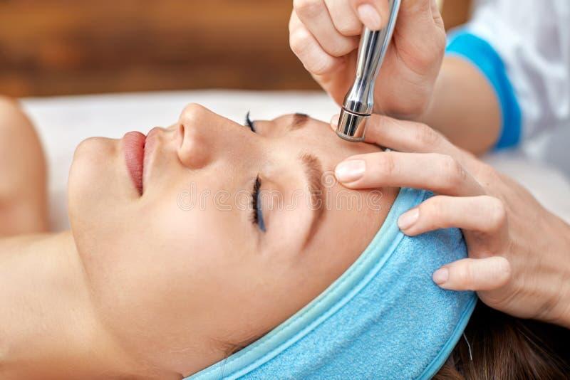 Limpieza ultrasónica de la cara, peladura, en un salón de belleza imágenes de archivo libres de regalías